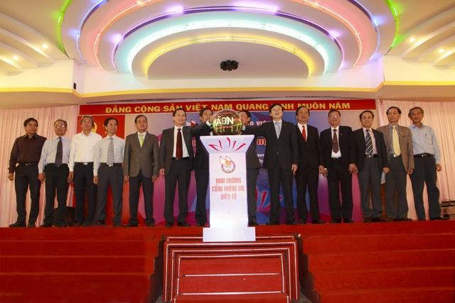 Các đại biểu bấm nút khai trương Cổng thông tin điện tử Hội Nhà báo Việt Nam (Ảnh: Đình Thiện)