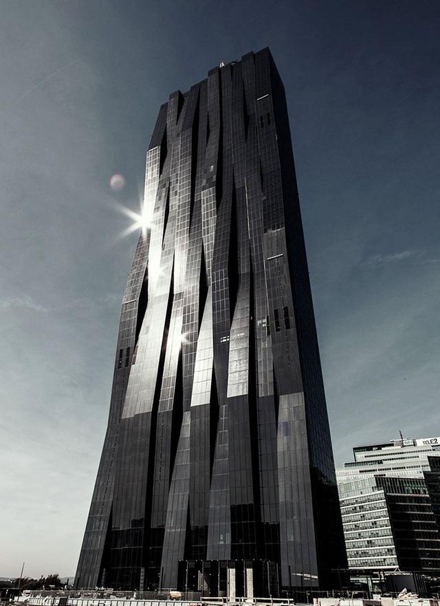 Toà tháp Dc Tower I trở nên nổi tiếng không chỉ bởi nó là công trình cao nhất nước Áo mà còn bởi thiết kế có phần đáng sợ của nó. Tổ hợp văn phòng này đi vào sử dụng từ năm 2014 với chiều cao lên đến 250 mét.