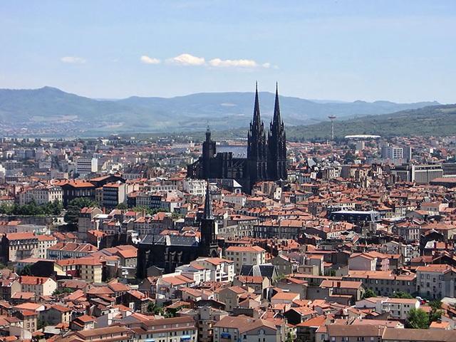 Nổi bật giữa thành phố Clermont-Ferrand, Pháp chính là nhà thờ cùng tên. Không giống như các công trình tôn giáo khác, nhà thờ này lại sở hữu một màu đen tuyền hết sức huyền bí và cũng cực kỳ khó hiểu.
