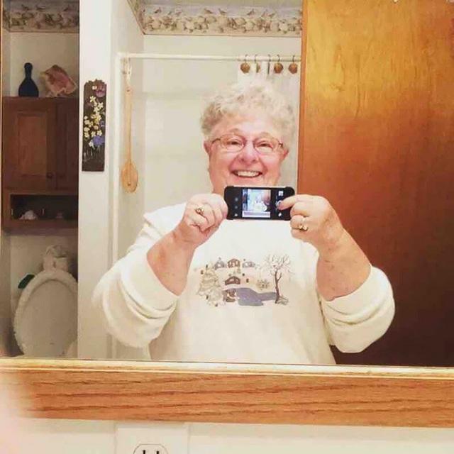 """""""Bà tôi không biết cách chuyển đổi giữa 2 camera và đây là cách bà chụp tấm ảnh selfie đầu tiên bằng camera sau."""""""