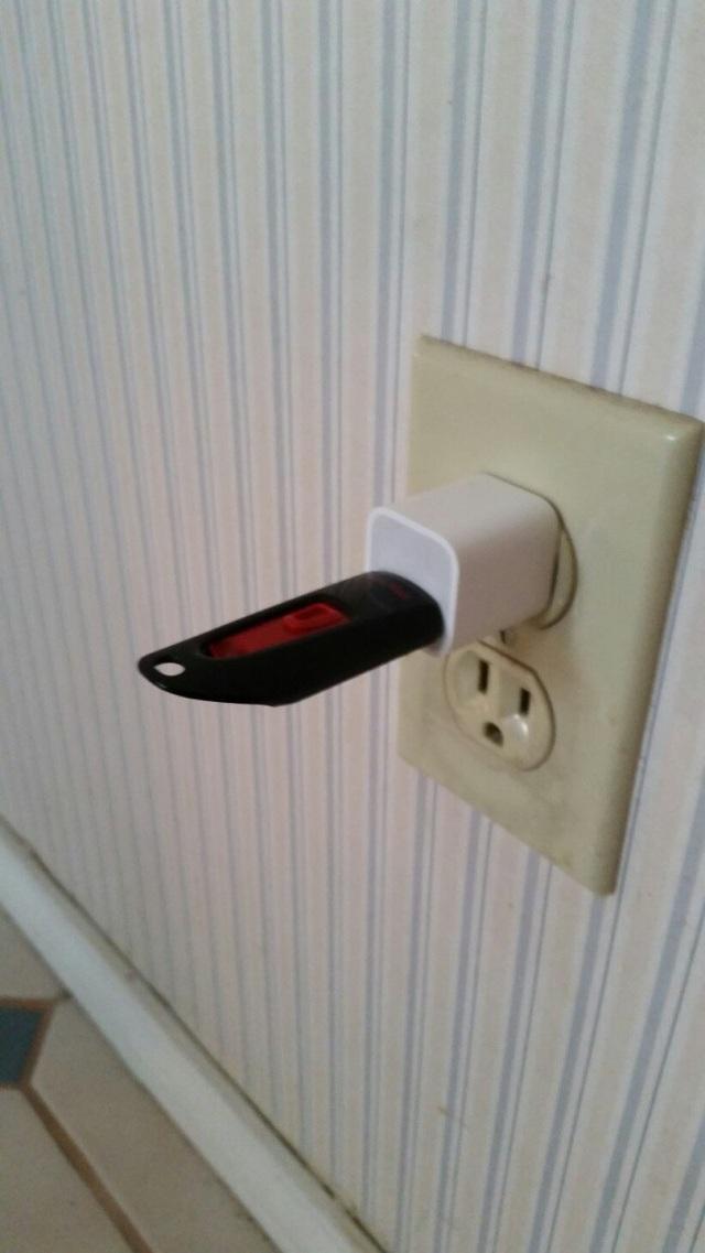 Có lẽ trong suy nghĩ của những cụ ông, cụ bà thì mọi thiết bị điện tử đều cần phải sạc điện, và chiếc USB này cũng không phải là ngoại lệ.