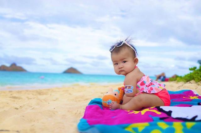 Yến Phương - vợ Lam Trường khoe ảnh con gái bụ bẫm đáng yêu ngồi ngoan trên bờ biển, cô viết: Lần đầu tiên con được ba mẹ cho đi tắm biển, nhưng mà trước khi tắm con phải chụp hình cái đã chứ không chút nữa ướt rồi chụp thời trang không có được.