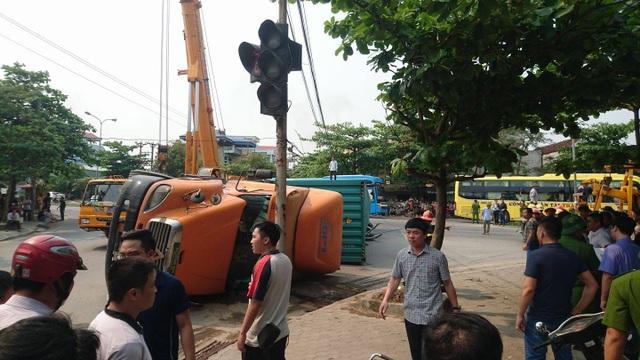 Chiếc xe container lật nghiêng gây tai nạn kinh hoàng. (Ảnh: CTV)