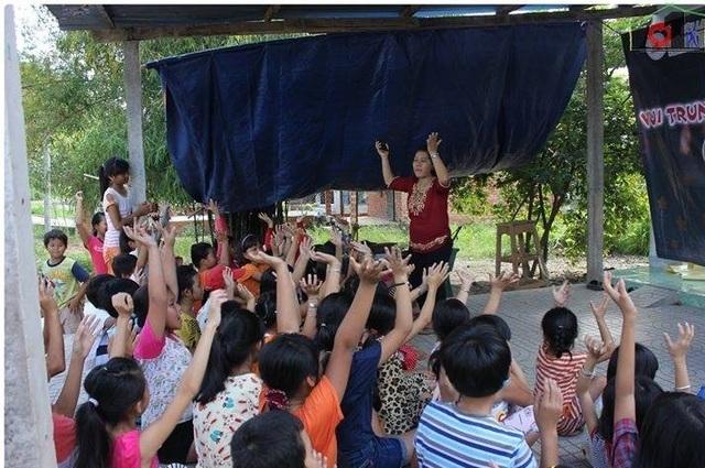 Sân nhà cô Phương trở thành một sinh hoạt cho cho trẻ em ở trong vùng thuộc xã An Phú, huyện Củ Chi, TPHCM