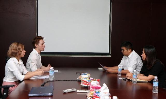 Sinh viên Nguyễn Hoàng Hương (Khoa Kinh tế) và Hà Minh Đạt (Khoa Ngôn ngữ và Nhân văn) cùng Ban lãnh đạo Cosmo VN trong buổi phỏng vấn tuyển dụng.