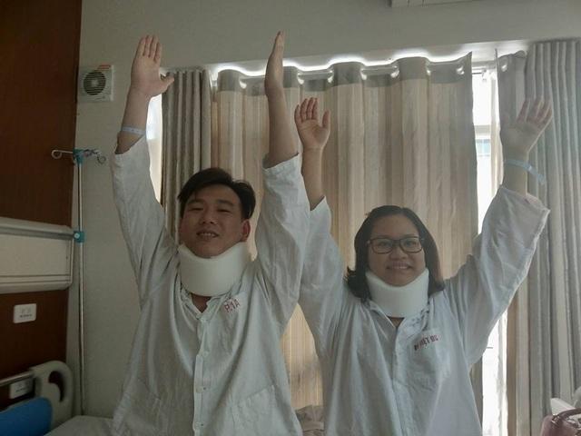 Sau phẫu thuật, cả 2 bệnh nhân đều có thể nhấc tay lên cao mà không còn đau, tê cứng như trước