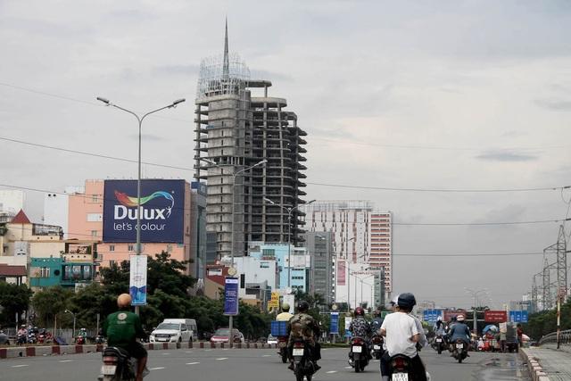 Đi qua đường Điện Biên Phủ, quận Bình Thạnh người dân dễ dàng nhìn thấy hai cao ốc ngay mặt tiền đường đã xây thô xong nhiều năm qua nhưng vẫn chưa được hoàn thành.