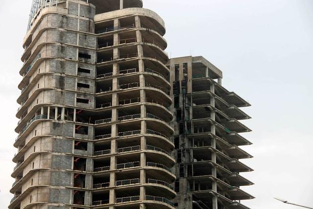 Dự án DB Tower khởi công từ năm 2010, đến giữa năm 2012 đã xong phần sàn thô nhưng dừng thi công. Từ đó đến nay, dự án này chưa có ngày hoàn thành. Dự án V-Ikon được thiết kế độc đáo với hình tượng chữ V cao 125,8m tượng trưng cho tên của chủ đầu tư là Việt Thuận Thành. Thế nhưng, hiện nay dự án này đang đắp chiếu vì chủ đầu tư không còn khả năng tài chính để tiếp tục hoàn thiện.