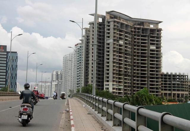 Dự án Kenton Residences gần ngã tư Nguyễn Văn Linh – Nguyễn Hữu Thọ (quận 7) cũng nằm trong số những dự án động thổ thi công (năm 2009) nhưng đã qua nhiều năm vẫn chưa xong.