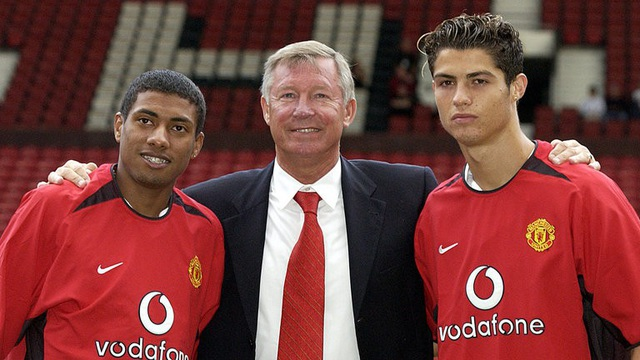 Ronaldo (phải) trong ngày ra mắt MU vào năm 2003