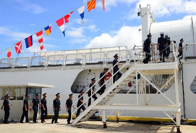 Các thành viên của Cảnh sát Biển Việt Nam lên tàu CSB-8020 trong lễ bàn giao tại Căn cứ Tuần duyên Honolulu hôm 25/5. (Ảnh: Đại sứ quán Mỹ tại Việt Nam)