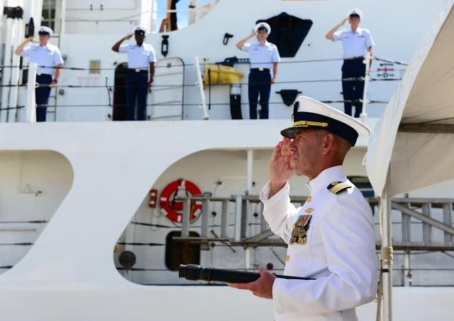 Đại uý Ted St. Pierre, sĩ quan chỉ huy của cựu tàu tuần duyên Morgenthau, chào trong lễ bàn giao tại Căn cứ Tuần duyên Honolulu hôm 25/5. (Ảnh: Đại sứ quán Mỹ tại Việt Nam)