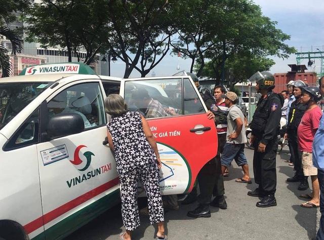 Sau khi bị người dân phản ứng, tổ CSCĐ đã hỗ trợ đưa em học sinh lên xe vào bệnh viện kiểm tra thương tích (ảnh cắt từ clip)