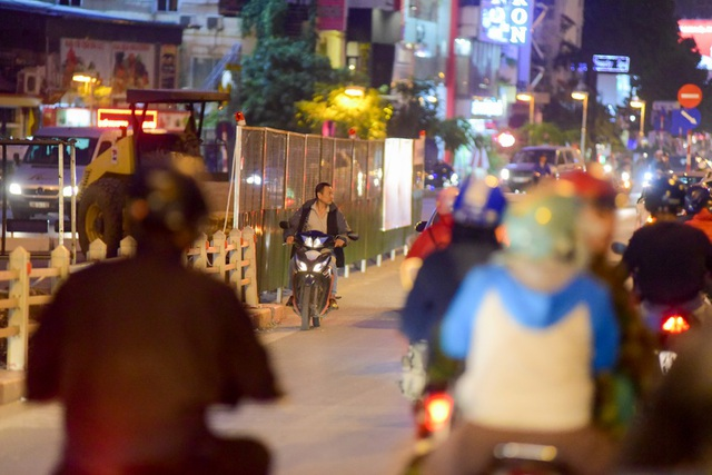Theo lãnh đạo Đội CSGT số 2, việc phận luồng, cắm biển giao thông mới trên đoạn đường này đã thực hiện được một thời gian, người dân đã có đủ thời gian làm quen nên vi phạm đi ngược chiều được coi là cố ý.