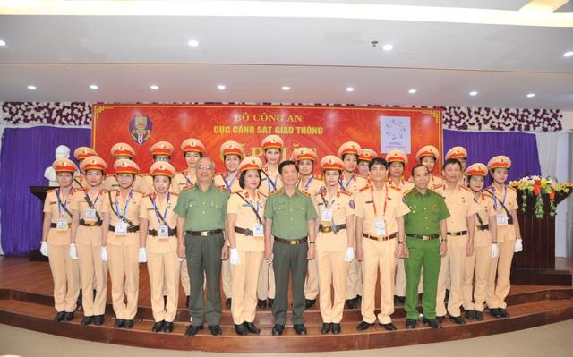 Lãnh đạo Bộ Công an và các nữ CSGT làm nhiệm vụ tại Tuần lễ cấp cao APEC