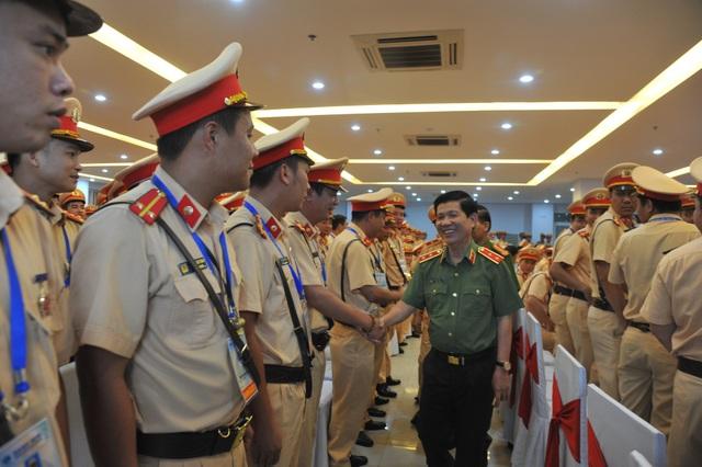 Thứ trưởng Bộ Công an Nguyễn Văn Sơn động viên lực lượng CSGT làm nhiệm vụ tại Tuần lễ cấp cao APEC