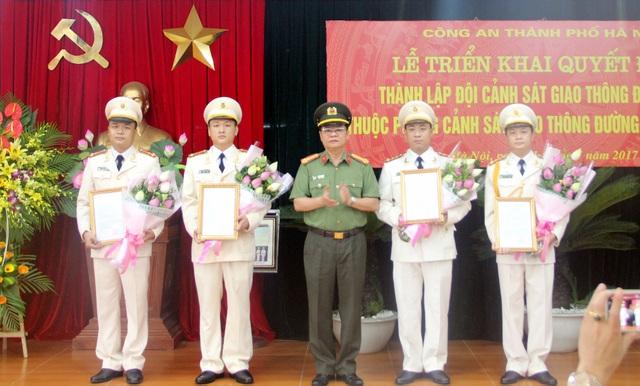 Đại tá Đào Thanh Hải - Phó Giám đốc Công an TP Hà Nội - trao các Quyết định cho Đội trưởng, Phó Đội trưởng Đội CSGT Đường sắt.