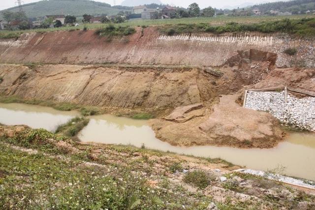 Tình trạng sụt lún diễn ra gần như trên toàn tuyến kênh tiêu nước này.