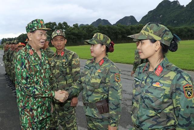 Chủ tịch nước Trần Đại Quang thăm hỏi, nói chuyện với các sĩ quan, chiến sĩ thuộc Đội tuyển bắn súng quân dụng QĐND Việt Nam. Ảnh: Nhan Sáng - TTXVN