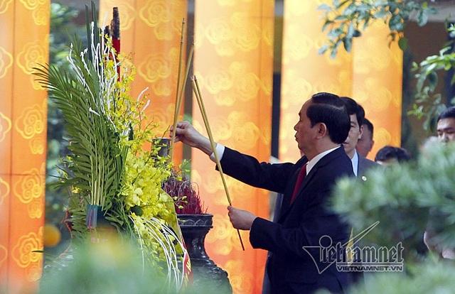 Chủ tịch nước Trần Đại Quang đã đến dâng hương tưởng nhớ các bậc tiên đế, các bậc hiền tài có công với nước. (Ảnh: VietNamnet)