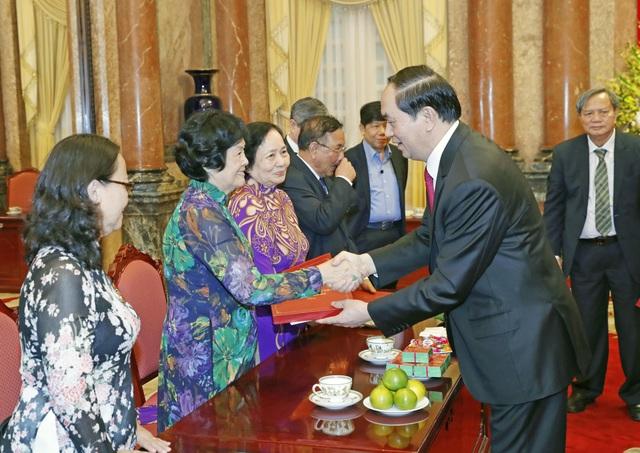 Chủ tịch nước Trần Đại Quang tặng quà cho các đại biểu. Ảnh: Nhan Sáng-TTXVN