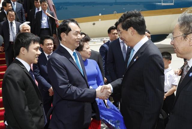 Các quan chức cấp cao của Trung Quốc đón Chủ tịch nước Trần Đại Quang và Phu nhân Nguyễn Thị Hiền tại sân bay Quốc tế Bắc Kinh. Ảnh: Nhan Sáng-TTXVN