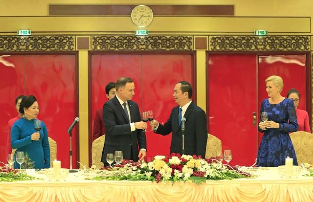 Chủ tịch nước Trần Đại Quang và Phu nhân cùng Tổng thống Cộng hoà Ba Lan Andrzej Duda và Phu nhân nâng cốc. Ảnh: Nhan Sáng-TTXVN.