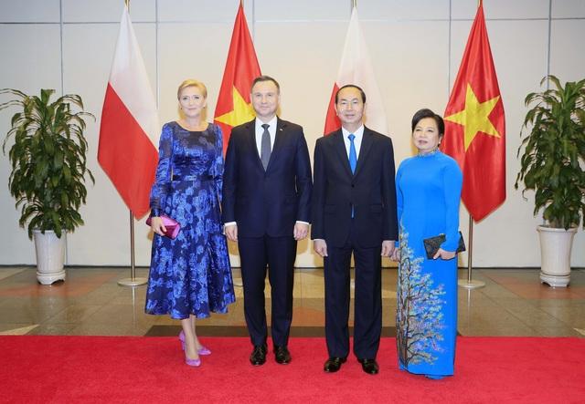 Chủ tịch nước Trần Đại Quang và Phu nhân cùng Tổng thống Cộng hoà Ba Lan Andrzej Duda và Phu nhân chụp ảnh chung. Ảnh: Nhan Sáng-TTXVN.