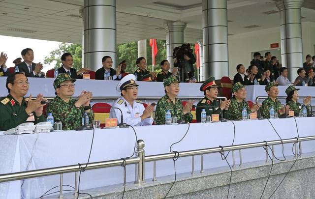 Chủ tịch nước Trần Đại Quang và các đại biểu thị sát các bài bắn thực hành của Đội tuyển bắn súng quân dụng QĐND Việt Nam. Ảnh: Nhan Sáng - TTXVN.