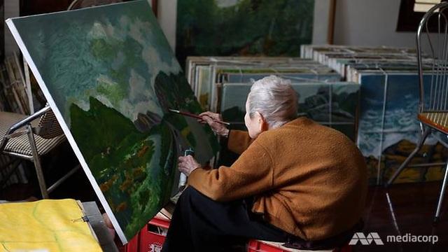 Vẽ tranh là một trong những niềm đam mê của cụ Thi (Ảnh: Mediacorp)