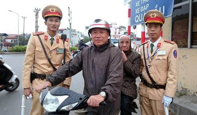 Bác Cương vui mừng đón mẹ tại chốt Cảnh sát giao thông.