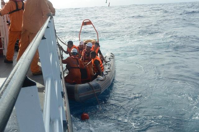 Đưa các ngư dân gặp nạn lên tàu SAR 412