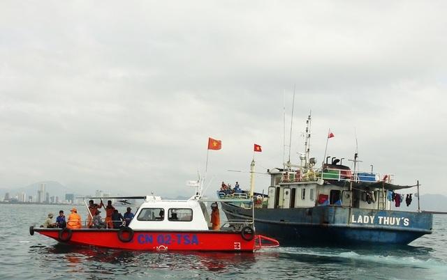 Tàu cá vỏ thép Bình Định bị hỏng máy được lai dắt về Nha Trang (Khánh Hòa) vào sáng 28/3