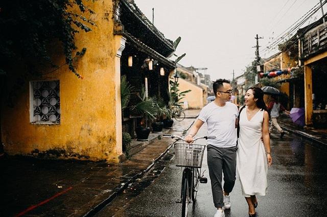 Có duyên với mưa nên khi chụp bộ ảnh này cặp đôi cũng gặp cơn mưa mát lành như chính tình yêu của họ vậy.