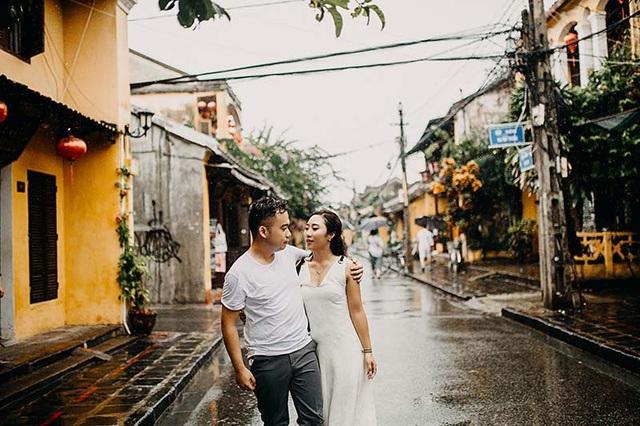Nhớ lại lời tỏ tình của Huy Cường, anh chàng quỳ giữa phố để ngỏ lời khiến cô nàng Quế Hoa e ấp gật đầu đầy hạnh phúc.
