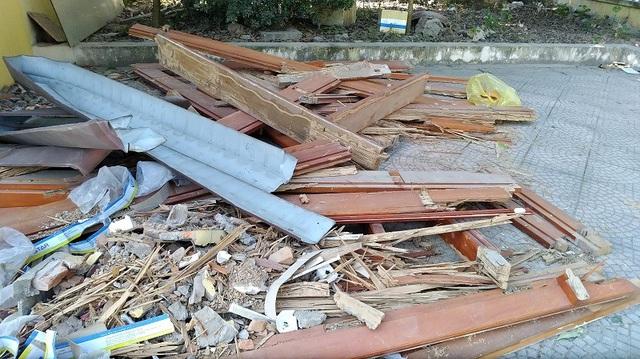 Cửa được lắp đặt trước đây vứt chất đống để ngoài sân. Chất lượng gỗ này có đúng theo thiết kế hay không lại không được UBND quận Bắc Từ Liêm, UBND phường Xuân Đỉnh ghi nhận để đưa vào hồ sơ.