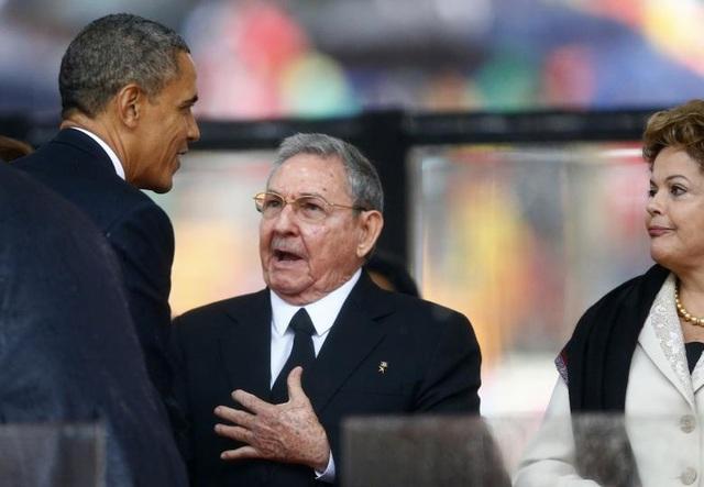 Ngày 10/12/2013: Cựu Tổng thống Mỹ Barack Obama và Chủ tịch Cuba Raul Castro bắt tay tại lễ tưởng niệm cố lãnh đạo Nam Phi Nelson Mandela.