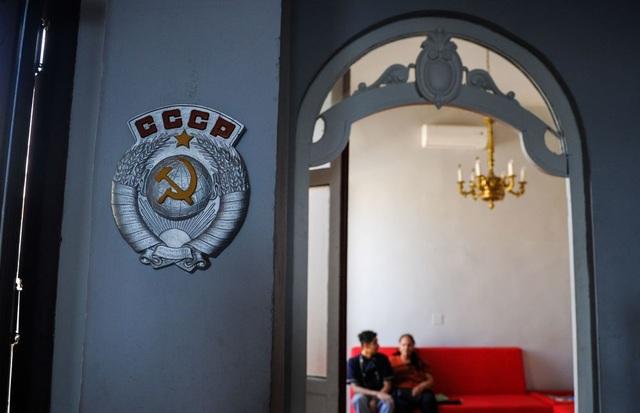 Quốc huy Liên Xô được treo bên ngoài nhà hàng tại Havana.