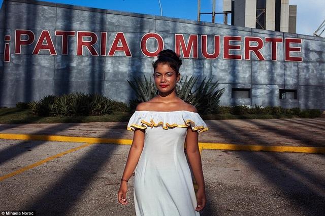 Vẻ đẹp quyến rũ của cô gái người Cuba với nước da nâu bóng.