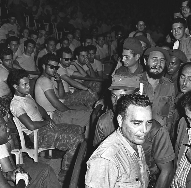 Ngày 16/4/1961: Lãnh tụ Fidel Castro tuyên bố xây dựng Cuba theo đường lối xã hội chủ nghĩa. Sau đó, các phần tử Cuba lưu vong do Cục Tình báo Trung ương Mỹ (CIA) hậu thuẫn đã tiến hành cuộc đổ bộ hòng xâm chiếm Vịnh Con Lợn, song kế hoạch này đã bị thất bại. Trong ảnh: Lãnh tụ Fidel Castro trong phiên tòa xét xử công khai các phần tử bị bắt trong vụ xâm lược Vịnh Con Lợn.