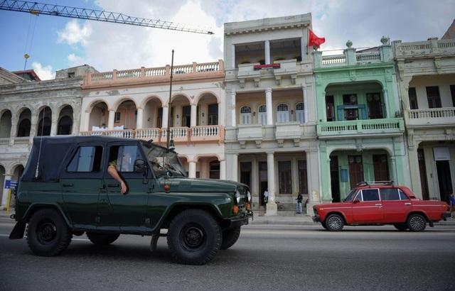 Cuba và Liên Xô thiết lập quan hệ ngoại giao từ năm 1959. Kể từ đó, Havana và Moscow thường xuyên duy trì mối quan hệ gần gũi. Sau khi chế độ xã hội chủ nghĩa ở Liên Xô sụp đổ năm 1991, Cuba là một trong số ít các quốc gia vẫn đi theo con đường này. Trong ảnh: Các xe ô tô xuất xứ từ Liên Xô chạy trên đường phố Havana.