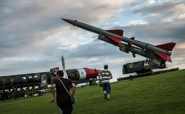 Người dân tới xem triển lãm vũ khí từ thời Liên Xô tại La Cabana, Havana.