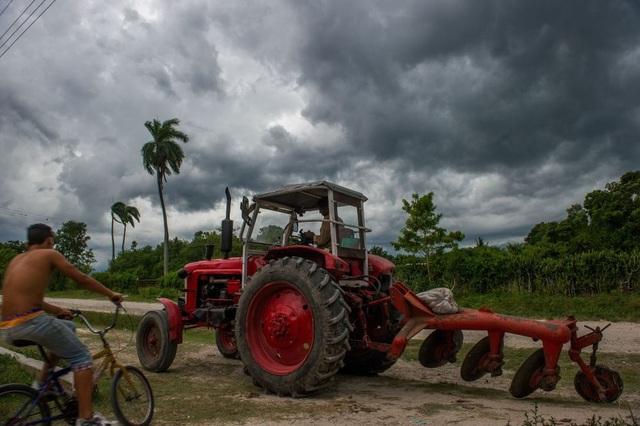 Máy cày do Liên Xô sản xuất vẫn hoạt động tại vùng ngoại ô của Havana.