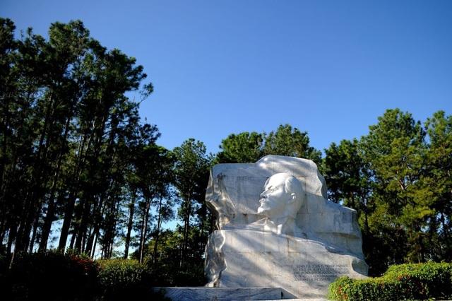 Đài tưởng niệm lãnh tụ Lenin tại công viên ở Havana.