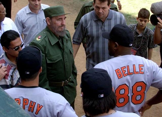 Tháng 3/1999: Chính quyền cựu Tổng thống Mỹ Bill Clinton đồng ý tổ chức các cuộc thi đấu giao hữu giữa đội tuyển bóng chày hai nước, đánh dấu lần đầu tiên một đội bóng chày Mỹ được thi đấu tại Cuba kể từ năm 1959. Trong ảnh: Lãnh tụ Fidel Castro trao đổi với đội bóng chày Mỹ trước khi thi đấu với đội tuyển bóng chày Cuba.