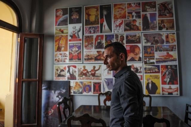 Người gác cửa tại nhà hàng Nazdarovie - nơi được xây dựng theo phong cách Liên Xô ở Cuba. Những bức ảnh cổ động từ thời Liên Xô vẫn được lưu giữ tại nhà hàng này.
