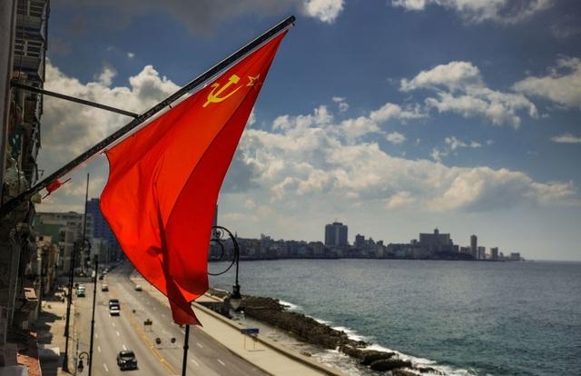 Cờ Liên Xô trên phố Havana.