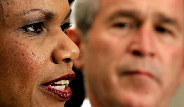 """Năm 2004: Sau khi cựu Tổng thống Mỹ George W. Bush tái đắc cử, cựu Ngoại trưởng Mỹ Condoleezza Rice cáo buộc Cuba là một trong những """"tiền đồn chuyên chế"""" trên thế giới. Sau đó, cựu Thứ trưởng Ngoại giao Mỹ John R. Bolton tiếp tục liệt Cuba vào nhóm """"trục ma quỷ"""" của Mỹ, đẩy quan hệ hai nước thời kỳ này rơi vào căng thẳng. Trong ảnh: Cựu Ngoại trưởng Mỹ Condoleezza Rice và Cựu Tổng thống Mỹ George W. Bush."""