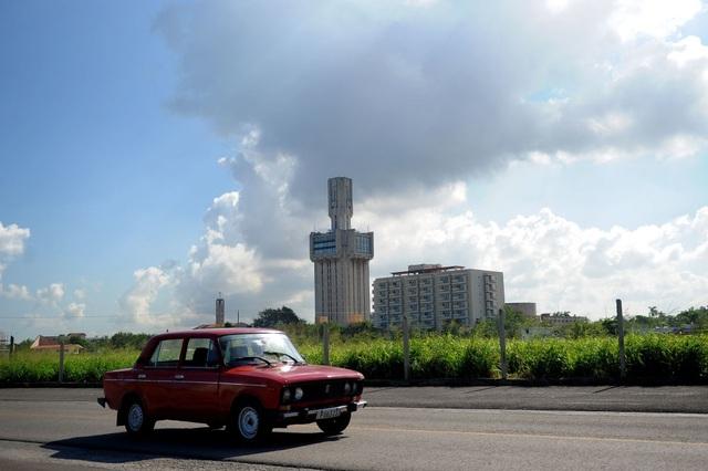 Xe ô tô từ thời Liên Xô chạy qua đại sứ quán Nga tại Havana.