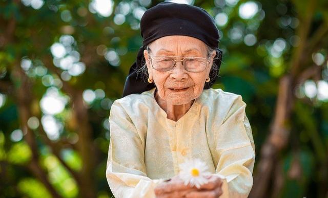 Xúc động bộ ảnh bà ngoại 99 tuổi bên cúc họa mi - 10